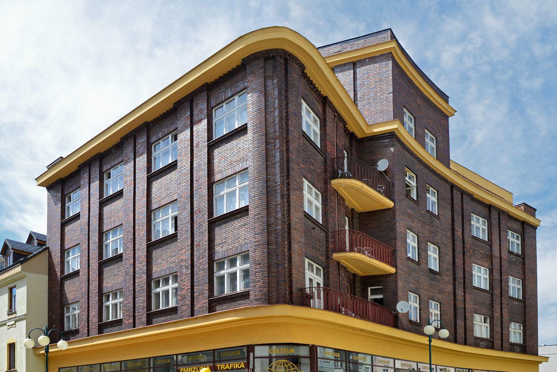 Architektonicky zajímavý Linkeho dům obložený