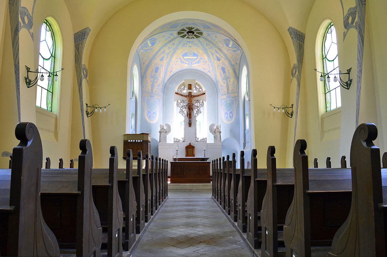Interiér secesního kostela Povýšení sv. Kříže v Jablonci nad Nisou - oltář a lavice