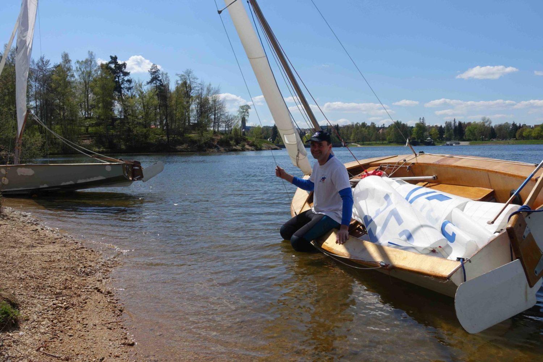 Muž sedící na plachetnici Vaurien na přehradě v Jablonci nad Nisou