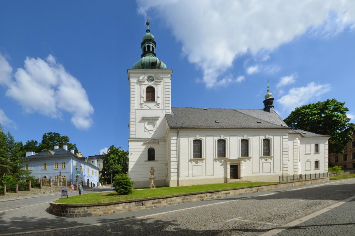 Dům národopisců Jany a Josefa V. Scheybalových a kostel sv. Anny v Jablonci nad Nisou