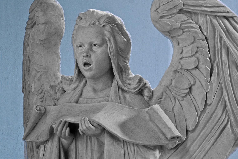 Socha anděla v interiéru secesního kostela Povýšení sv. Kříže v Jablonci nad Nisou