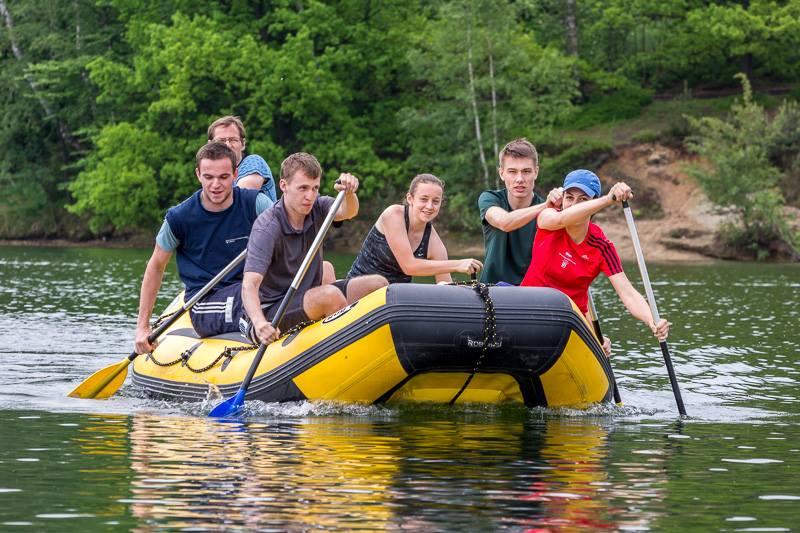 Posádka na raftu pádlující na přehradě - Jablonec nad Nisou