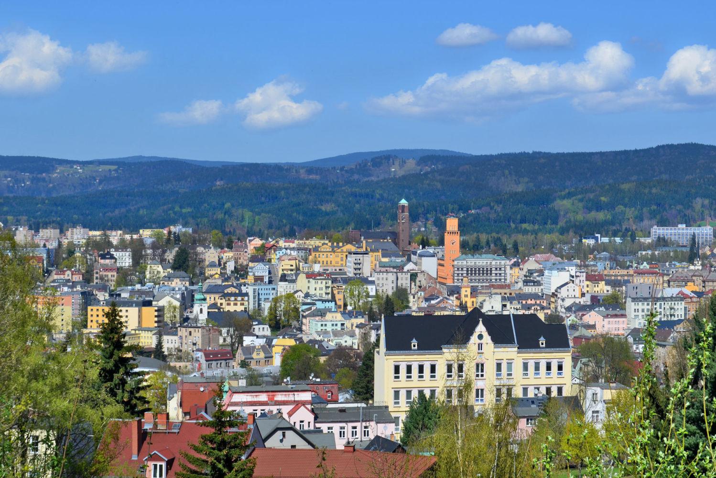Celkový pohled na panorama Jablonce nad Nisou - věž radnice, kostela a Jizerské hory vpozadí