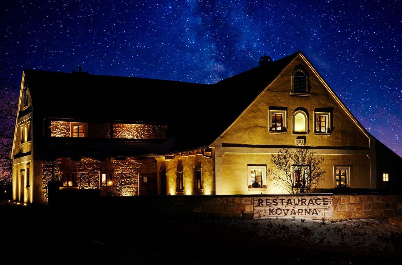 Penzion a restaurace Kovárna na Frýdštejně svítící v noci - Jablonecko