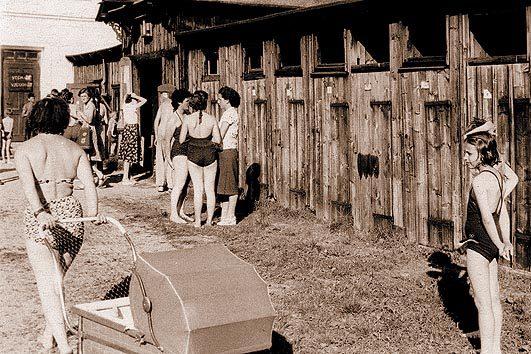 Dívky na plovárně v šedesátých letech - historické foto koupaliště Sluníčko Vratislavice