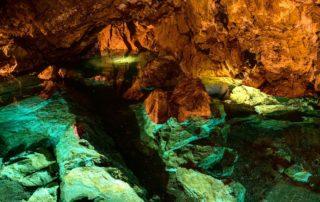 Modrozelená voda v Bozkovské dolomitové jeskyni