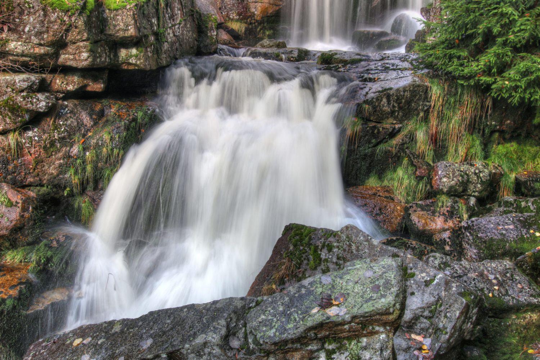 Vodopády na horské říčce Jedlová protékající přírodní rezervací Jedlový důl nedaleko Josefova Dolu – Jizerské hory
