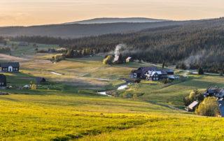 Osada Jizerka a tapické chalupy při západu slunce - pohled od hory Bukovec - Jizerské hory