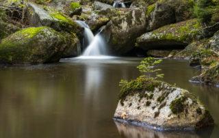 vodopády na horské říčce Jedlová protékající přírodní rezervací Jedlový důl nedaleko Josefova Dolu