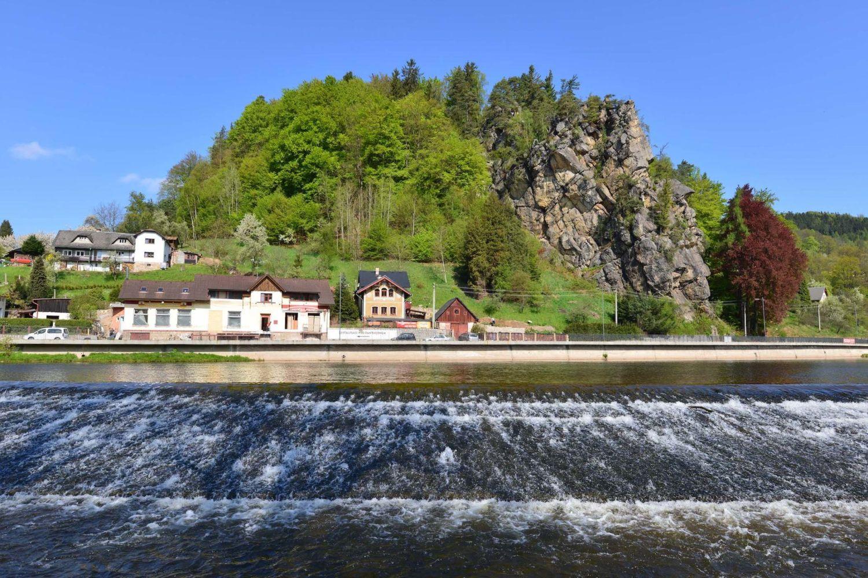 Řeka Jizera protékající Malou Skálou - splav