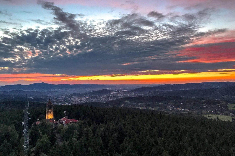 Západ slunce nad krajinou kolem rozhledny Černá studnice - letecký pohled