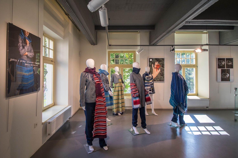 Figuríny s oděvními kreacemi na výstavě studentského designu v Galerii N v Jablonci nad Nisou