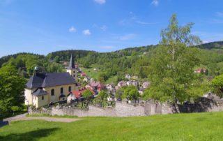 Pohled na Janov nad Nisou - kostel a hřbitov