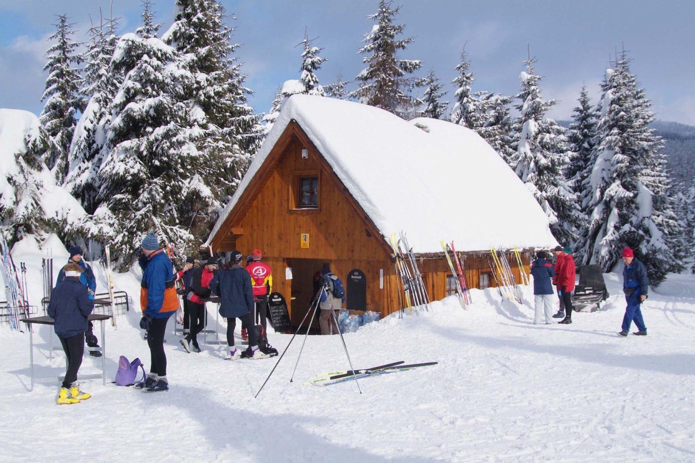 Dřevěná bouda s občerstvením pro lyžaře - Hřebínek v Jizerských horách v zimě