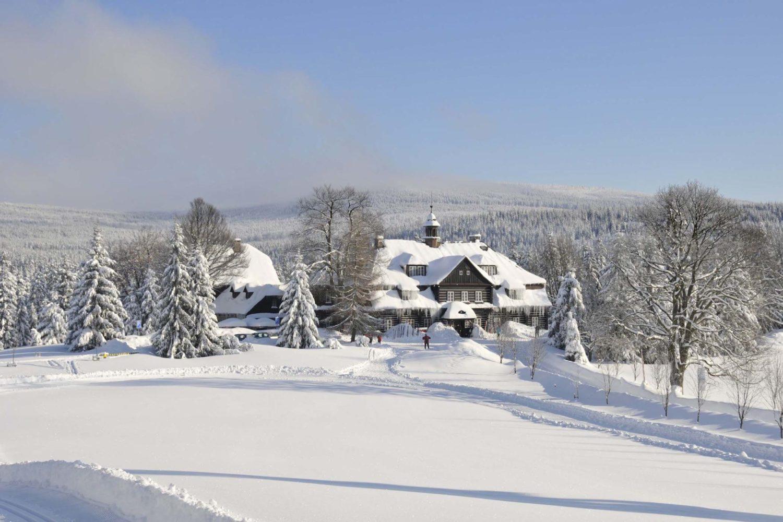 Zasněžená Šámalova chata na nové louce v Jizerských horách