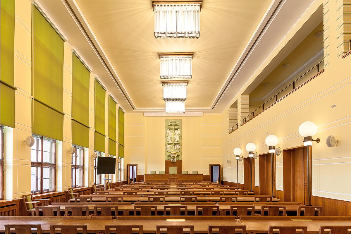 Interiér funkcionalistické radnice v Jablonci nad Nisou - renovovaná zasedací místnost pro jednání zastupitelstva s věrnou replikou lustrů