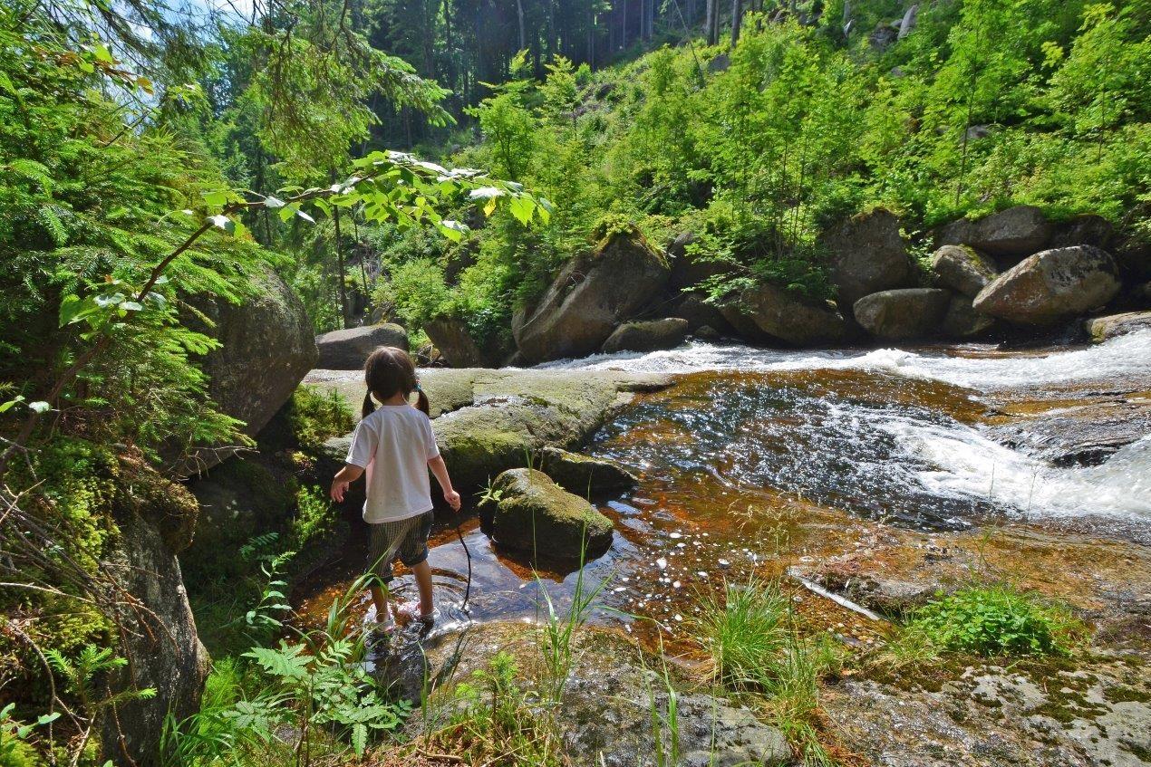 Bosé děvčátko u horské říčky Černá Desná – Jizerské hory
