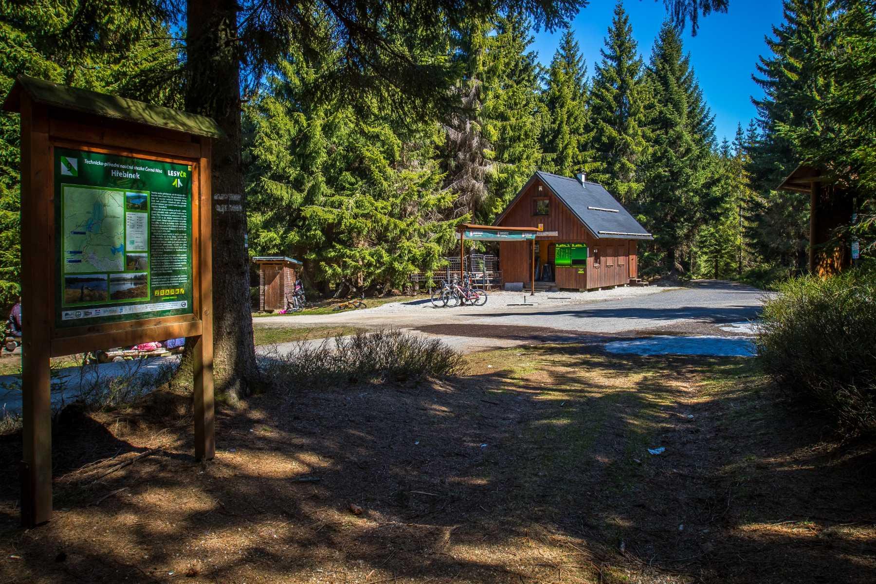 Hřebínek - dřevěný stánek s občerstvením v Jizerských horách - oblíbené místo turistů, cyklistů i běžkařů