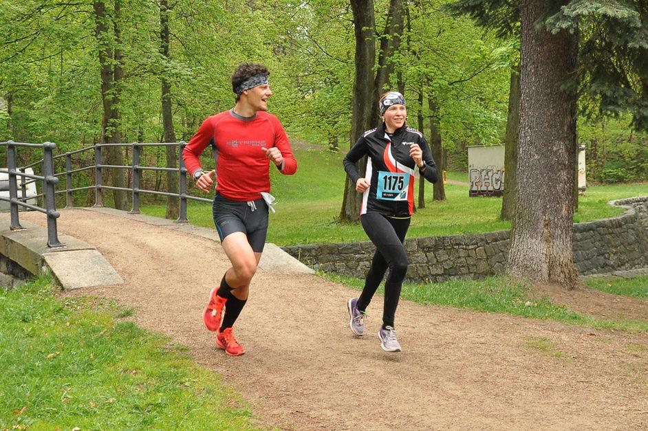 Dva běžci v závodě Běh do pohody v parku pod hrází přehrady v Jablonci nad Nisou