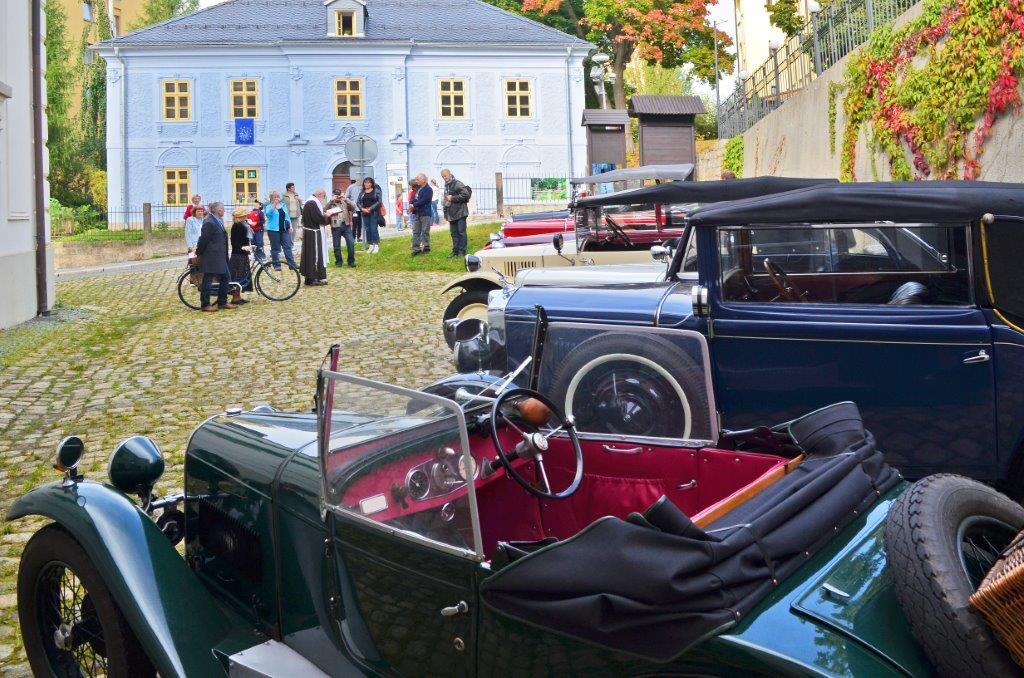 Historická auta před Do