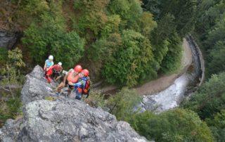 Skupinka lezců na skalním masívu – Via ferrata Vodní brána v oblasti přírodní rezervace Údolí Jizery v okrese Semily