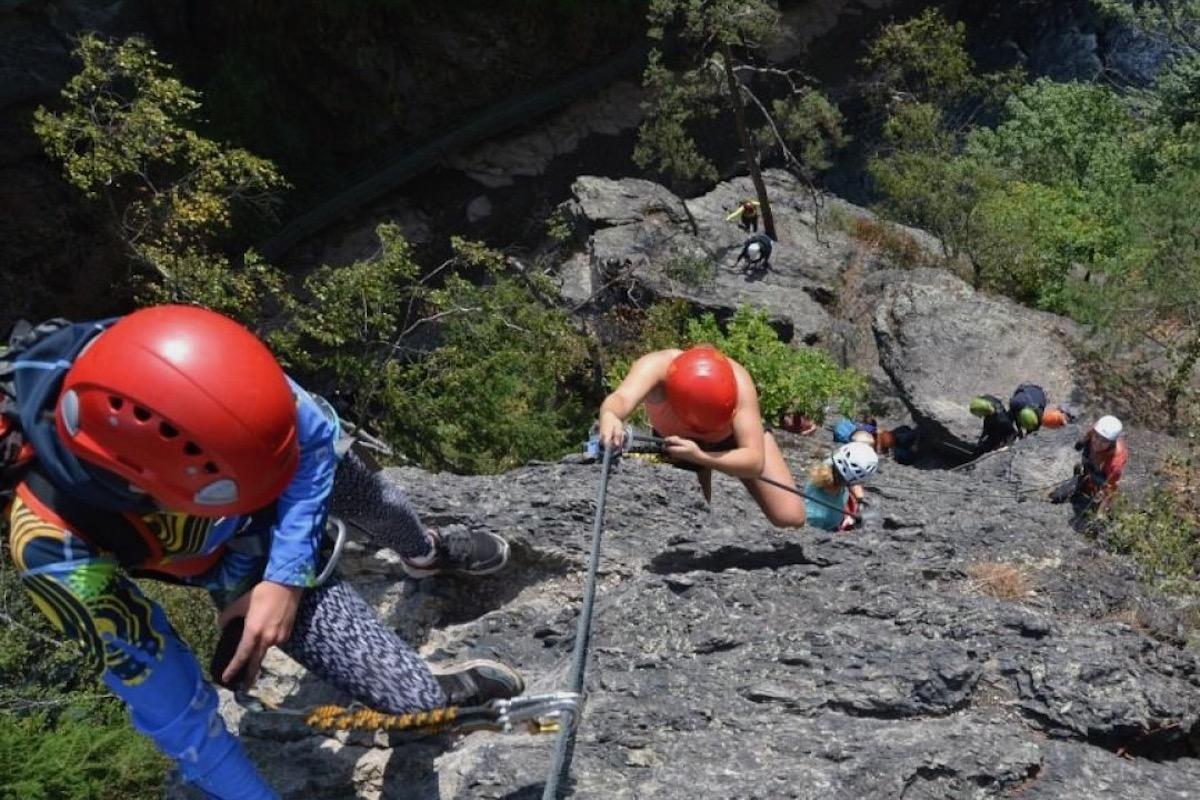 Dvojice lezců na skalním masívu – Via ferrata Vodní brána v oblasti přírodní rezervace Údolí Jizery v okrese Semily