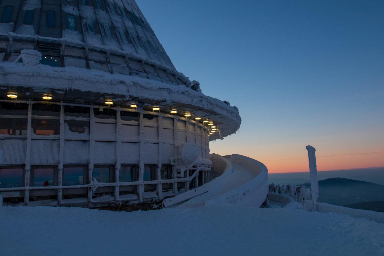 Hotel a vysílač Ještěd v zimě - detail spodní části