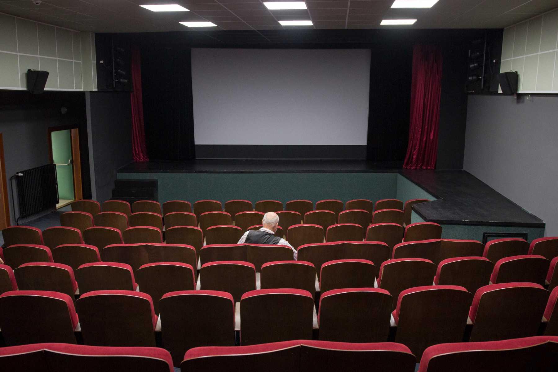 Divák v hledišti kina Junior v Jablonci nad Nisou před promítáním