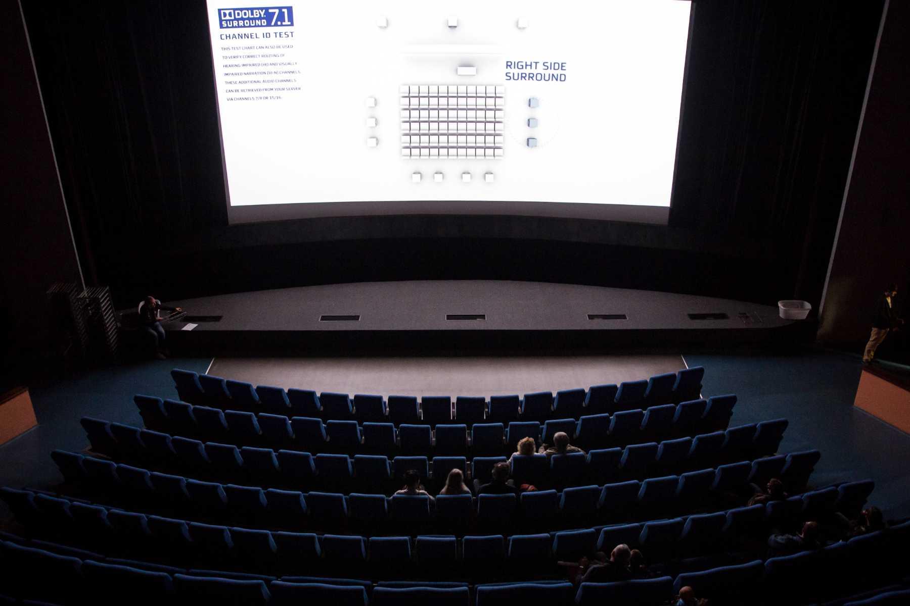 Prázdné hlediště a velké plátno v kin+ Radnice v Jablonci nad Nisou