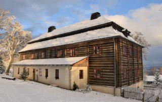 Roubenné stavení Kittlův Burg v Krásné na Jablonecku v zimě