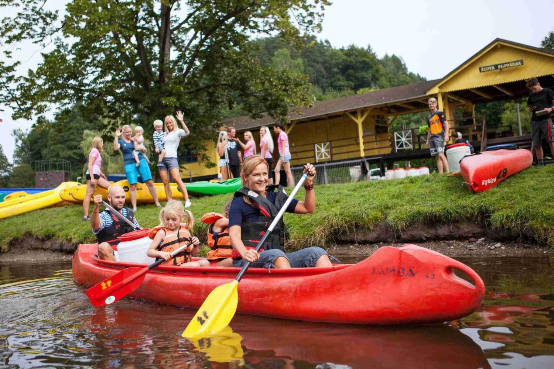 Rodina v kánoi na řece Jizeře u Žluté plovárny - Malá Skála