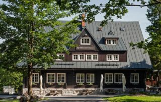 Stylová horská Prezidentská chata v Jizerských horách v létě