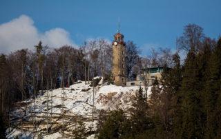 Kamenná rozhledna nad Prosečí s novou turistickou chatou se sněhovým popraškem - Jablonec nad Nisou