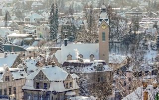 Zasněžený Jablonec nad Nisou s kostelem Povýšení sv. Kříže na náměstí B. Němcové