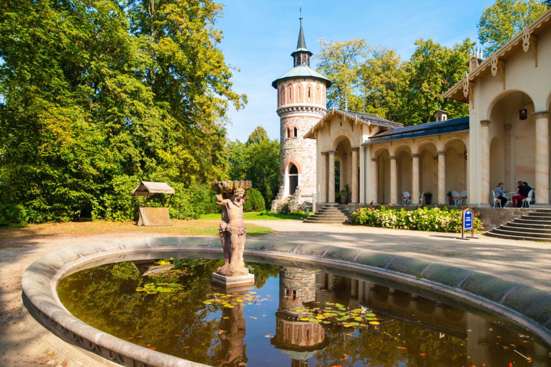 Zahradní jezírko s malou sochou a aoranžerií – zámek Sychrov