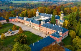 Novogotický zámek Sychrov - letecký pohled na areál