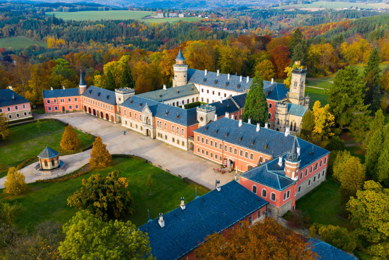 Novogotický zámek Sychrov - letecký pohled