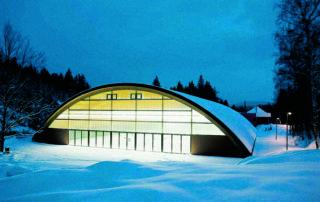 Zasněžená tenisová hala svítící večer – Hotel Břízky Jablonec nad Nisou