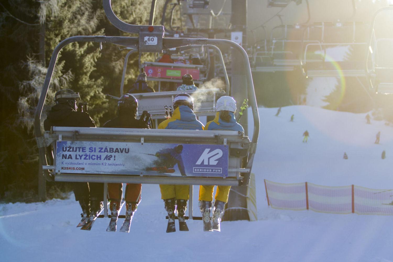 Lyžaři jedoucí sedačkovou lanovkou na sjezdovce ve Ski aréně Jizerky - Tanvaldský Špičák