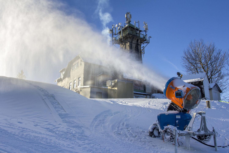 Malý lyžař na vleku typu Poma na sjezdovce ve Ski aréně Jizerky - Tanvaldský Špičák