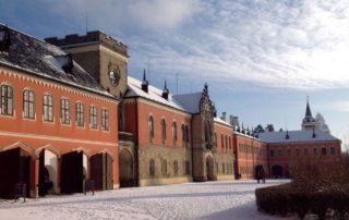 Novogotický zámek Sychrov - hlavní vstup v zimě