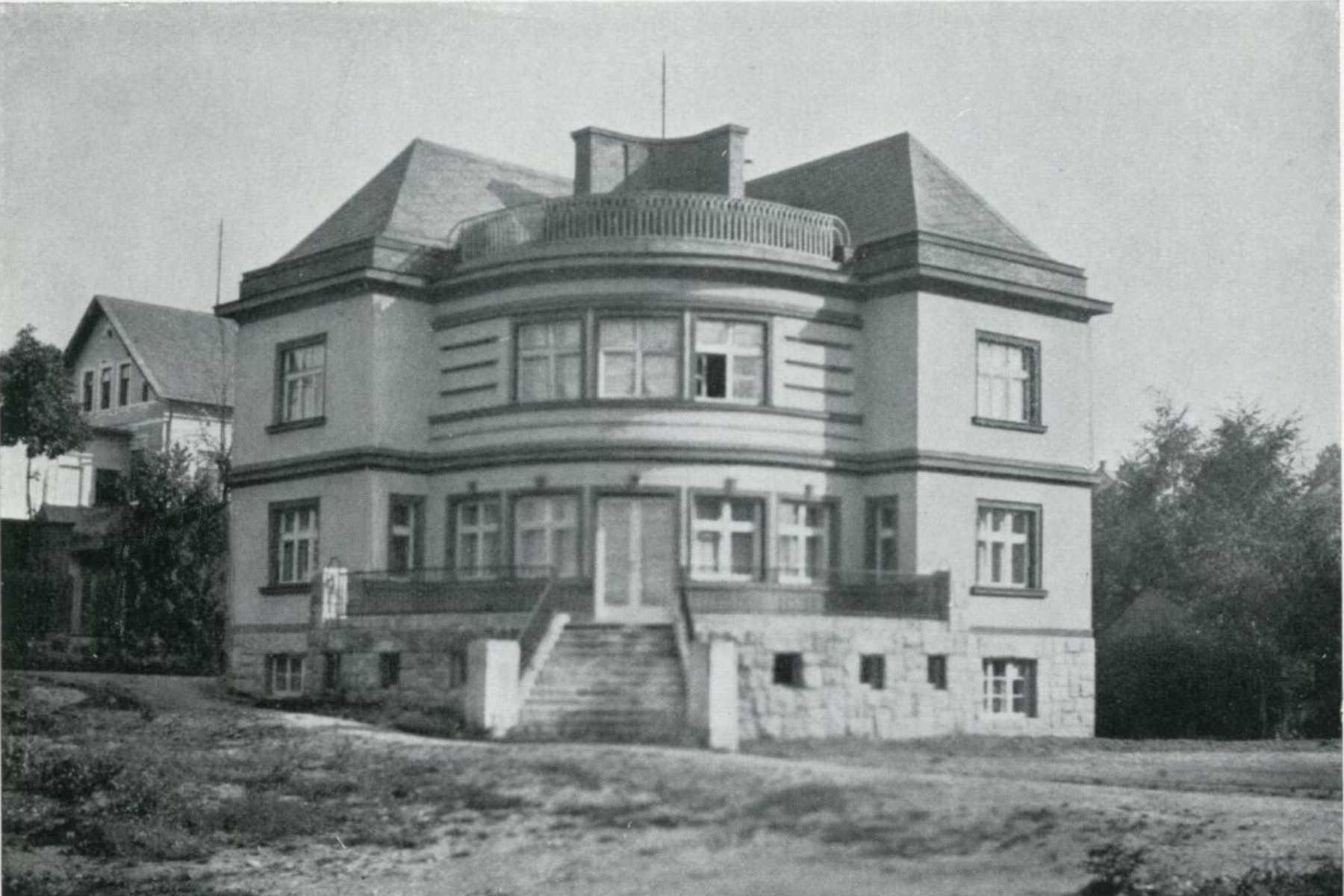 Schneiderova vila z roku 1930 na rohu ulic Zlatá a V Luzích v Jablonci nad Nisou - historické foto