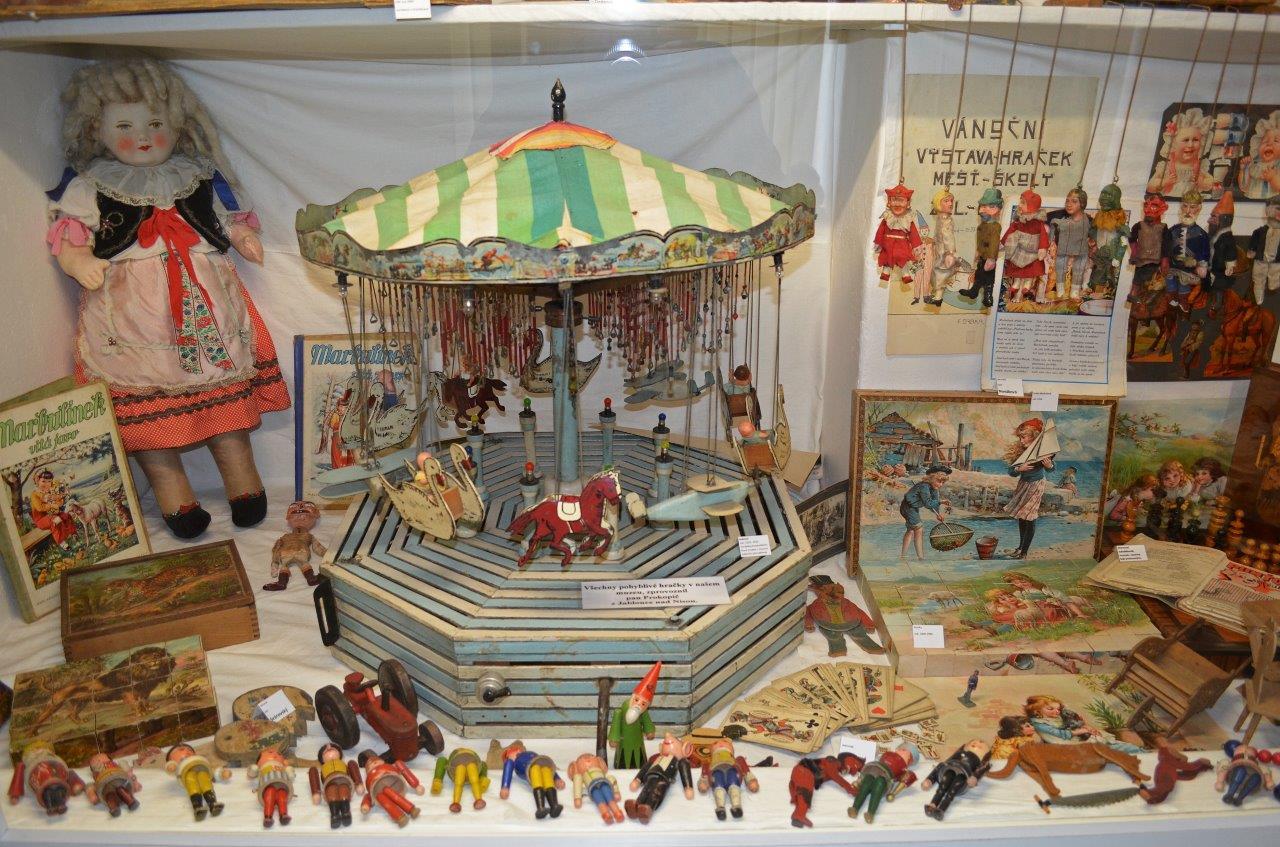 Vitrína se starými hračkami  v Muzeu hraček v Jablonci nad Nisou
