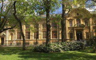 Historická budova sokolovny v Jablonci nad Nisou - vchod z Tyršových sadů
