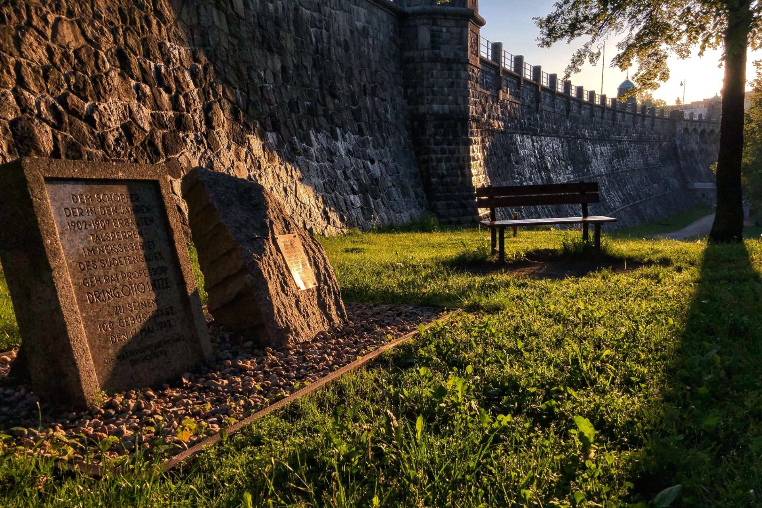 Pamětní kámen Otto Intze - stavitele přehrady Mšeno - v parku pod hrází v Jablonci nad Nisou