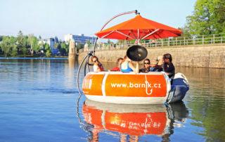 Kulatá loďka Barník poháněna elektrickým pohonem s grilující posádkou - přehrada Jablonec nad Nisou