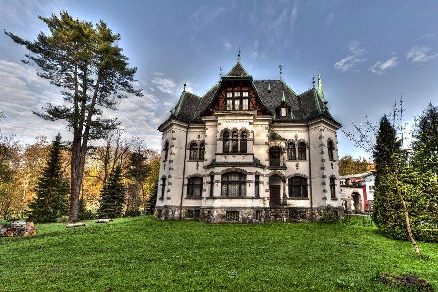 Riedlova vila se zahradou - dnes muzeum a turistické infocentrum - Desná v Jizerských horách