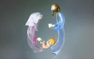 Skleněný betlém s postavami Ježíška, Marie a Josefa v Minimuzeuu betlémů v Železném Brodě