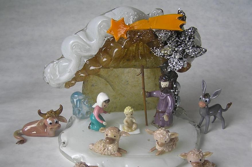 Skleněný betlém s postavami Ježíška, Marie a Josefa, chlévém a zvířátky v Minimuzeu betlémů v Železném Brodě