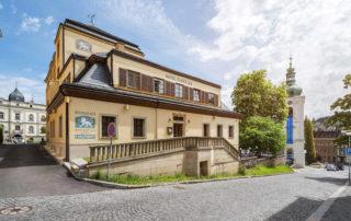 Hotel Zlatý Lev z ulice Kostelní